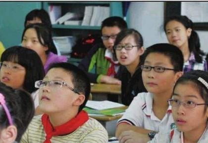 """两岁的孩子1000度近视 为何""""小眼镜""""越来越多?"""