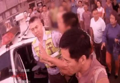 【视频】司机违停耍横 乘客无故袭警 全被拘!