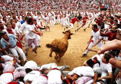 """疯狂游戏!西班牙""""圣费尔明""""奔牛节致伤多人"""