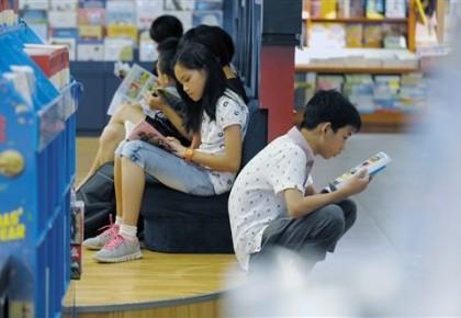 """孩子抱怨鲁迅老舍等""""必读""""著作""""读不下去"""" 课外阅读究竟应该怎么读?"""