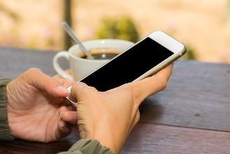 你对手机的依赖度高吗?英国人平均12分钟看一次手机