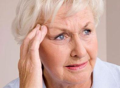 出门戴墨镜 教你延缓老年性白内障的方法