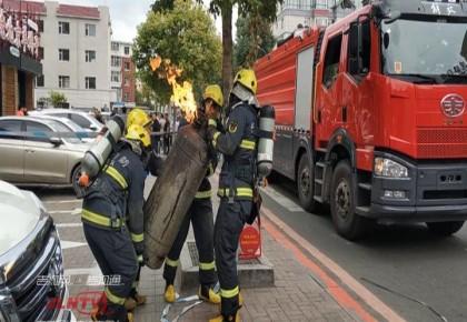 緊急救援|起火引燃三個煤氣罐 長春消防滅火排險