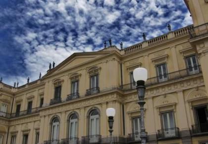 巴西博物馆大火民众悲痛  法国愿协助修复