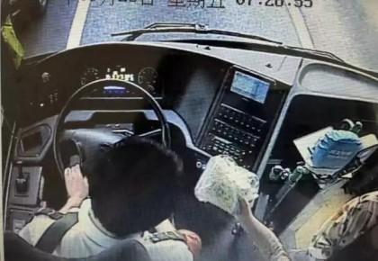 一包压碎的蛋卷,让公交车司机感动地发朋友圈:简直幸福死了