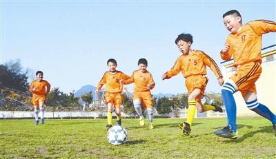2018年教育部已培训校园足球特色学校校长、骨干教师近1.7万人