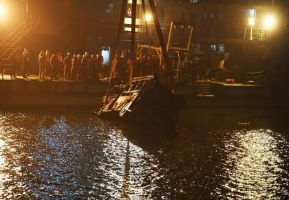 重庆万州坠江公交车被打捞出水 现场救援船只鸣笛致哀