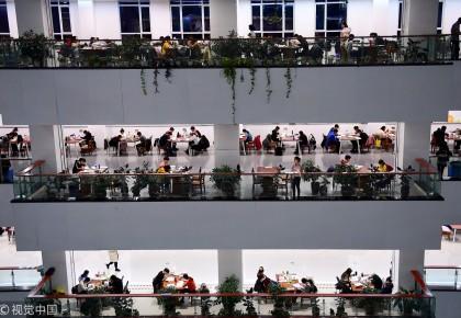 考研倒计时!高校图书馆一座难求,学生走廊上席地而坐