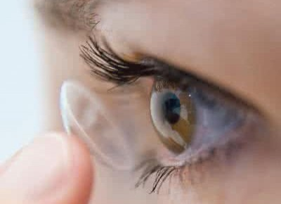 隐形眼镜不能沾水,易导致角膜感染!