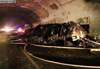 高速隧道内燃起熊熊大火 交警三次逆行进入隧道救援