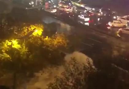 南京水管爆裂致部分路段被淹,消防员带橡皮艇赴现场