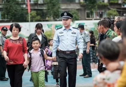 小學生送上熱奶茶,校門口執勤民警:當時我臉都紅了