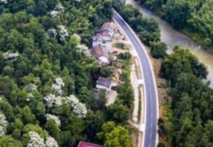 交通运输部:2018年底农村公路总里程已达405万公里,96.5%的建制村都通了客车