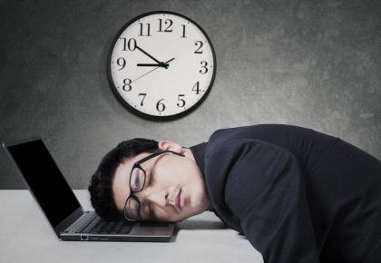 """平时天天熬夜周末再把觉补回来?研究显示""""欠债难还"""""""