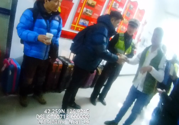 """高速民警暖心救援,韩国游客称赞""""China No.1"""""""