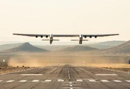 世界最大飞机顺利完成首次试飞 翼展约117米