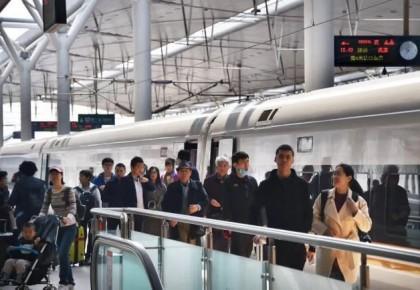 """""""五一""""小長假 全國鐵路預計發送旅客6820萬人次"""