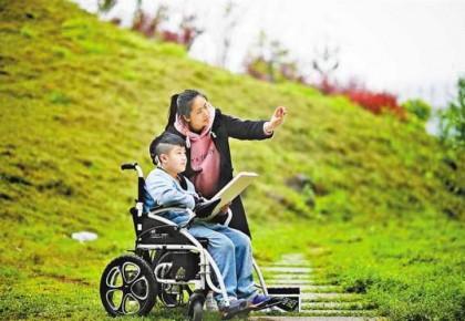 """轮椅上的孩子说""""要上学"""" 于是家中出现了24位老师"""