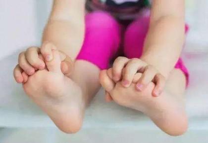 孩子光脚对健康有利还是有弊?听听医生怎么说