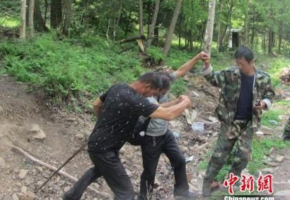 """吉林兩老人脫離""""驢友團""""深山走失 森警巡山營救"""