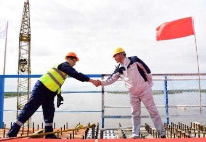 中俄首座跨境公路大桥合龙 俄官员:这是造福两国人民的友谊之桥
