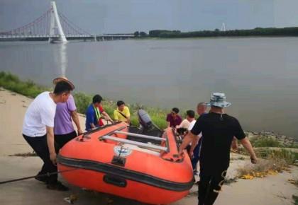 松原:疑似人车溺水 蓝天救援队紧急打捞