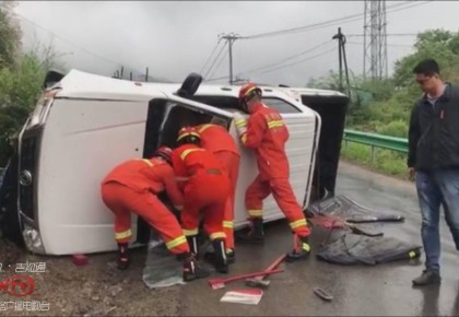 图们:道路湿滑车辆侧翻 消防紧急救援