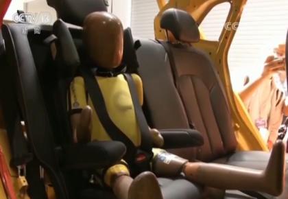 国内首次公开安全座椅螺旋翻滚测试:可为儿童提供足够束缚