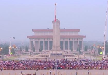 用歌声祝福祖国丨天安门广场数万人齐唱《我爱你中国》