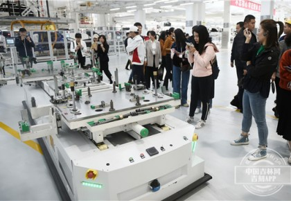 """走进一汽红旗工厂 媒体采访团瞬变""""迷弟""""""""迷妹"""""""