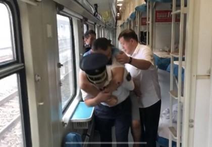 这位背受伤乘客下车的列车长,真帅!