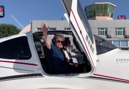 70岁,她驾驶飞机,再次飞上蓝天!