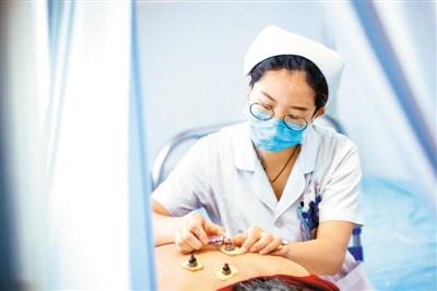 """中国注册护士总数超过400万 护理服务:护""""身""""更护""""心"""""""