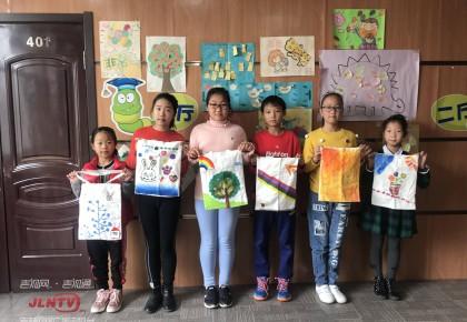 """长春市图书馆开展""""DIY环保袋""""绘制活动"""