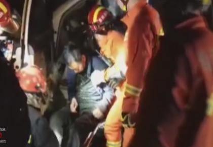 安图:轿车追尾大货车致司机被困 消防紧急救援