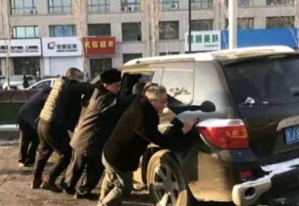 """贊!越野車爆胎停路中 警民合力上演""""東北式""""拖車"""