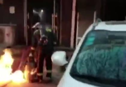 逆火而行!饭店液压气罐泄漏起火 消防员徒手转移