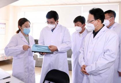 巴音朝魯景俊海到省疾控中心慰問一線工作人員研商調度全省新型冠狀病毒感染的肺炎疫情防控工作