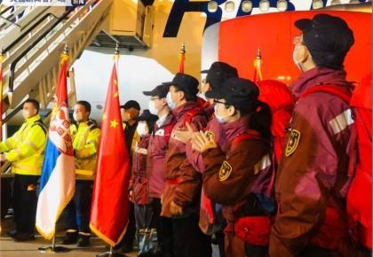 中國援助塞爾維亞專家醫療隊受最高禮遇迎接 塞總統深情親吻五星紅旗