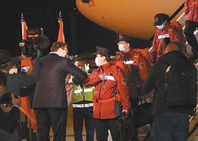 """""""铁杆朋友,风雨同行"""" ——中国抗疫医疗专家组抵达塞尔维亚"""