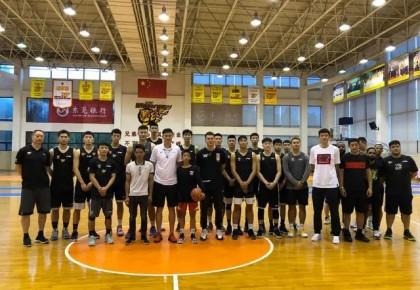 圆梦了!火遍全网的独臂篮球少年与易建联交流球技,现场收到这些鼓励太暖心...