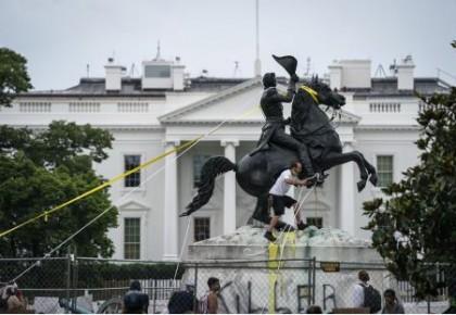"""北美观察丨抗议再次闹到白宫门口 """"黑宫自治区""""是反讽还是""""药方""""?"""