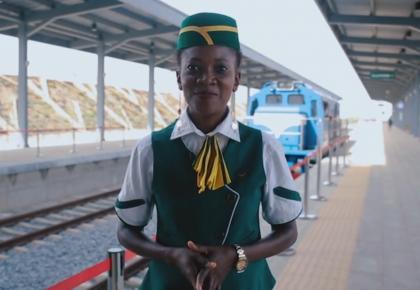 中国建造的铁路,改变了生活也改变了她