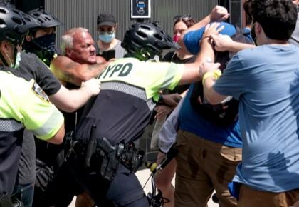 """""""黑人的命也是命!""""美国抗议者与警察支持者发生冲突"""