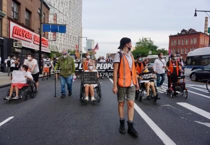 """北美觀察丨美國紐約民眾""""為死者游行"""" 抗議聯邦政府防疫不力"""