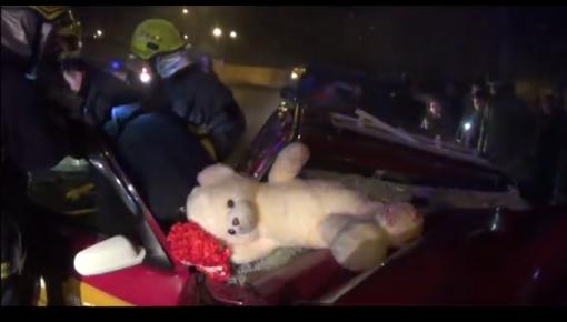 【救援现场】半夜两车相撞  消防及时救出被困者