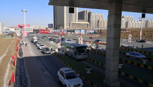 【高速】车流量增大 超员客车被查