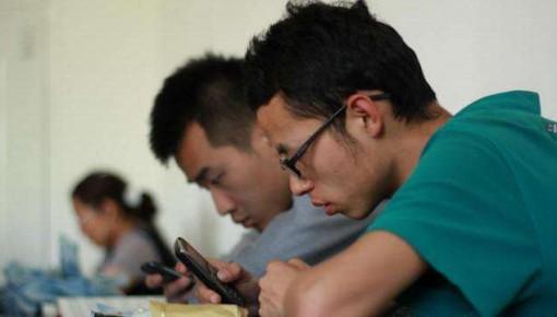 """調查:八成大學生""""手機控"""" 三分之一上課時間玩手機"""
