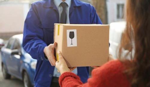 快递新规正式实施 快递员拒绝送货上门属违规
