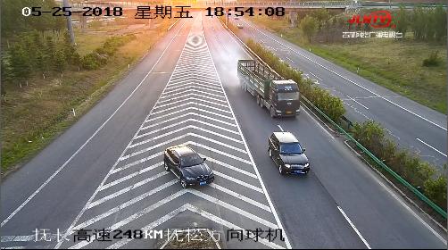 【惊险】两车高速上违停 大货车紧急避险